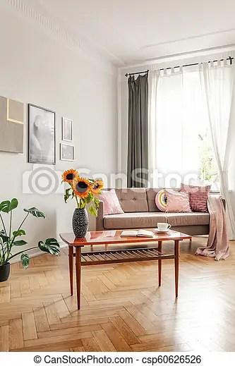 vrai salle de sejour bois photo divan devant fenetre tournesols interieur table posters