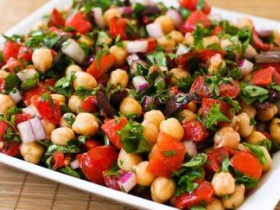 Salada-de-grão-de-bico-com-bacalhau