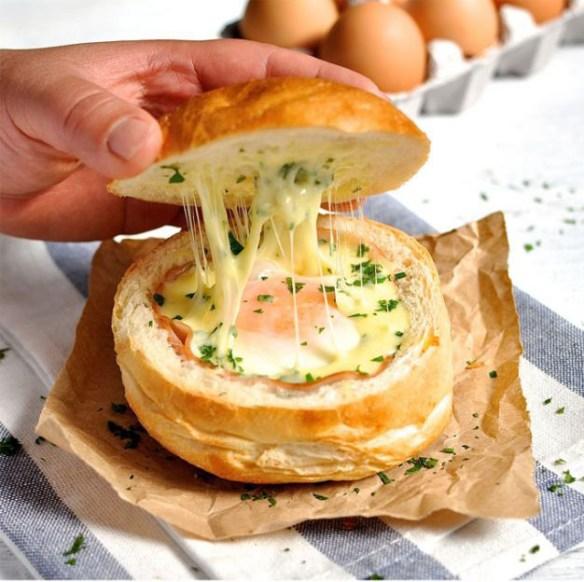 pão italino rechado com queijo, presunto e ovo