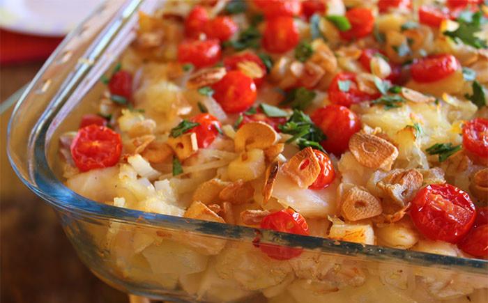 Bacalhau Gratinado com Grão de Bico e Tomates Cereja