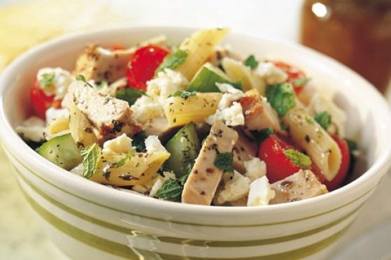 salada mediterrânea com macarrão