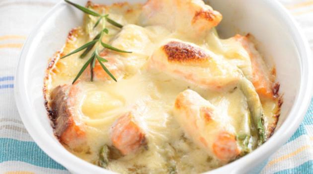 Salmão gratinado com molho de queijo palmito e aspargos