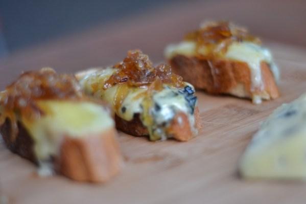 Bruschetta de Gorgonzola com Cebola Caramelizada
