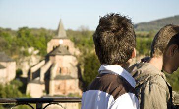 jeunes garcons regardant l'église sainte fauste de Bozouls