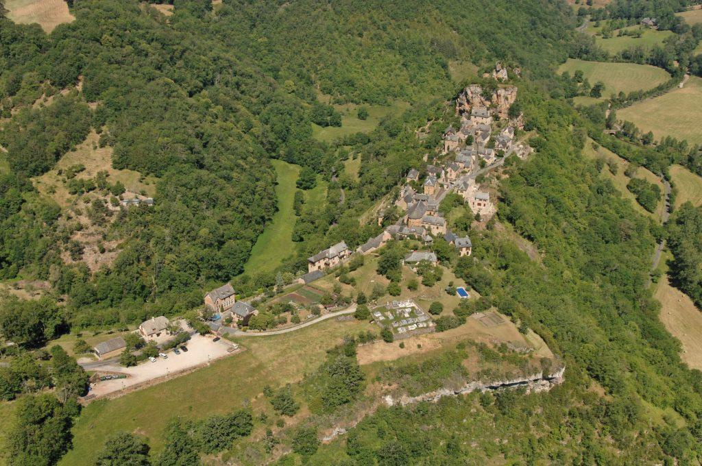Vue aérienne sur le village de Rodelle, construit sur un éperon rocheux de travertin