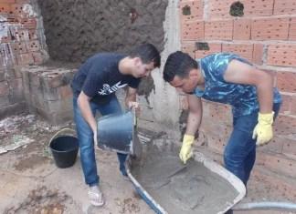 Pastor constrói casas para membros de sua igreja