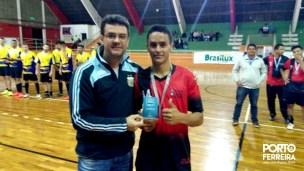 Release 485-2017 - Secretário Anselmo Basílio entrega troféu de artilheiro do Inter-Cerâmicas ao atleta Mauro Ivan