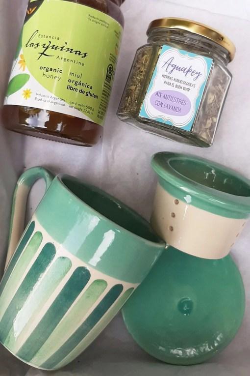 set tardes de té con taza, miel, y blend de hierbas