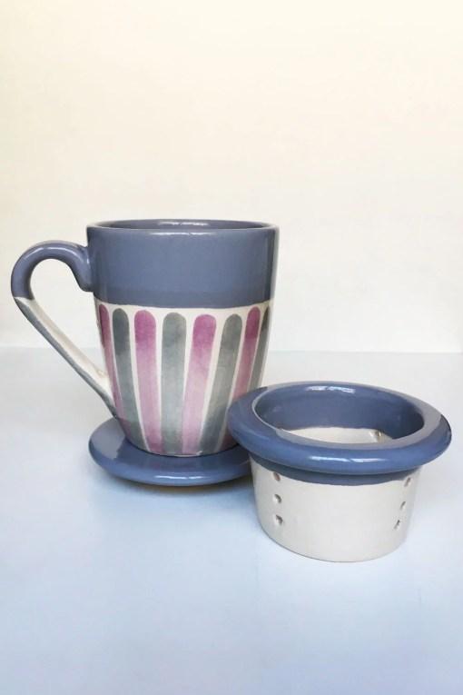 taza de cerámica para infusiones con tapa y colador color gris
