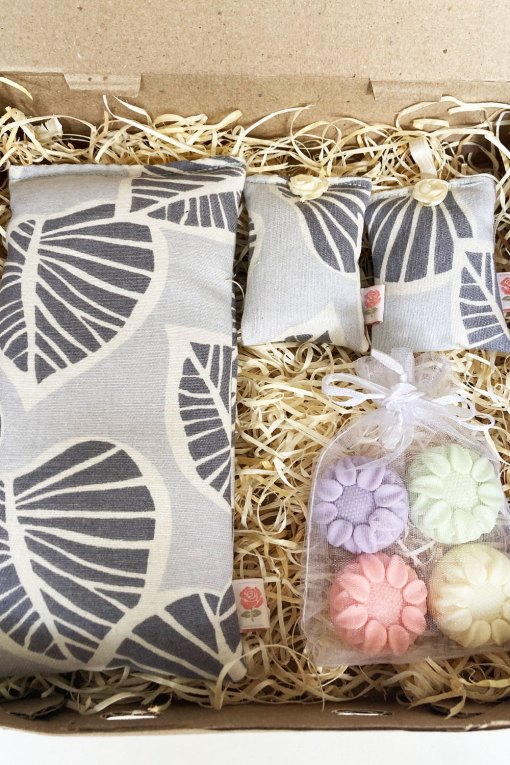caja alquimia, almohadilla de semillas hojas grises, almohadillas aromatizantes y jabones artesanales