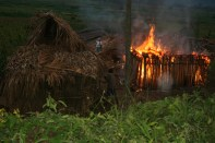 Grupos irregulares al servicio de la familia Widmann queman las casas en la comunidad Quinich