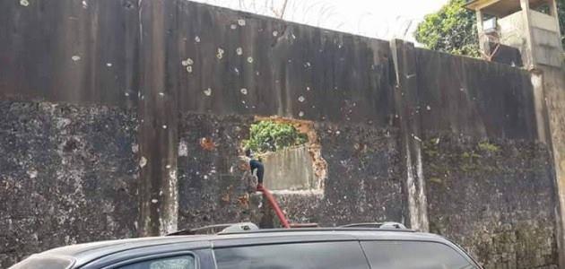 Un trou dans le mur de la prison de la sûreté National de Conakry