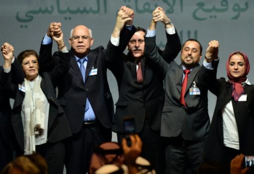 Le vice-président du Congrès général national libyen Saleh al-Makhzoum (2ed), le Premier ministre Fayez al-Sarraj (c) et le chef du parlement de Tobrouk, Ali Shoeb (2eg), à Skhirat au Maroc, le 17 décembre 2015, après la signature d'un accord pour la formation d'un gouvernement d'union nationale | AFP/Archives | FADEL SENNA