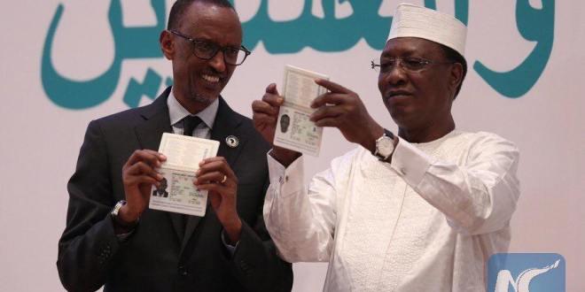 La présidente de la Commission de l'Union africaine, le Dr Dlamini-Zuma a imprimé les deux premiers exemplaires pour le président de l'Union africaine, Idris Deby Itno et le président du Rwanda Paul Kagame.  ©DR