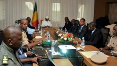 Conseil de sécurité autour du président malien Ibrahim Boubacar Keita, le 19 juillet 2016 à Bamako, après l'attaque du camp de Nampala | AFP | HABIBOU KOUYATE