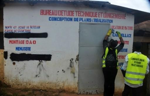 Un employé municipal attribue des numéros aux maisons à Yaoundé, le 9 août 2016 | AFP | Reinnier KAZE