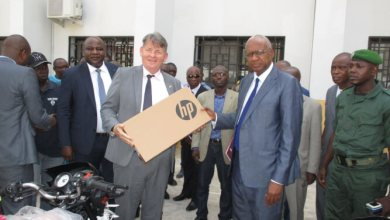 Cheick Sacko et l'ambassadeur des USA en Guinée