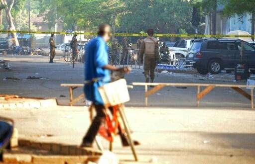 Un cycliste passe près de l'état-major des forces armées, au lendemain des attentats du 3 mars 2018 à Ouagadougou   AFP   Ahmed OUOBA