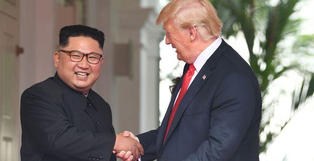 le-leader-nord-coreen-kim-jong-un-g-serre-la-main-du-president-americain-donald-trump-d-avant-leur-sommet-historique-a-singapour-le-12-juin