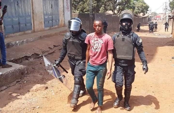 Un manifestant guinéen arrêter par des policier à Conakry