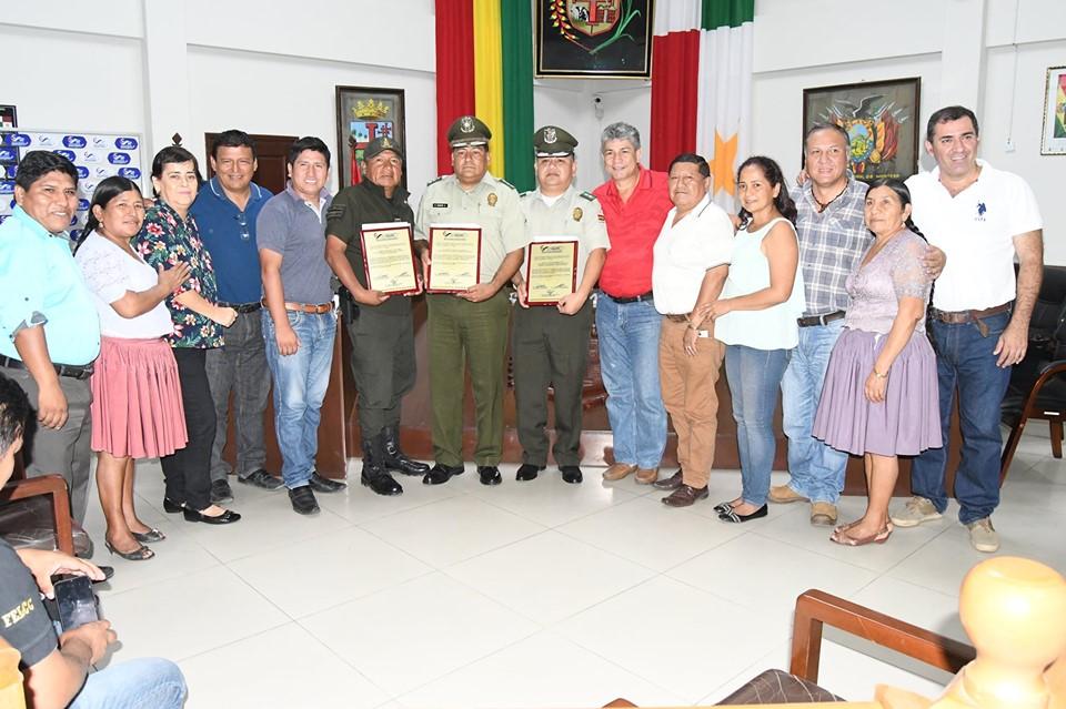 Concejo Municipal de Montero entregó reconocimiento a tres policías