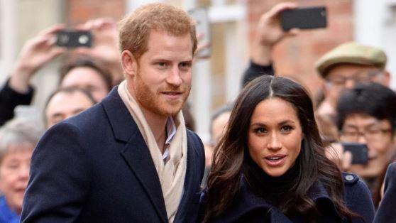 """HARRY Y MEGHAN 1 - El """"dardo"""" navideño que el príncipe Harry y Meghan Markle no pudieron esquivar"""
