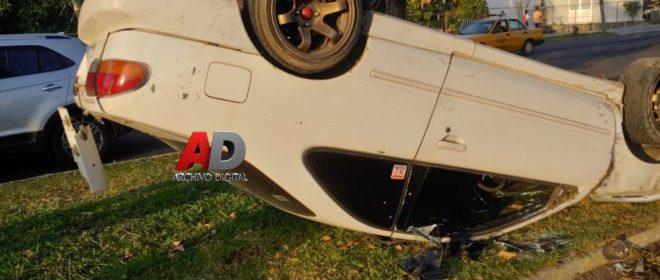 volcadura 660x330 - Vehículo se vuelca tras recibir impacto de camioneta en calle Ma. Ahumada – Archivo Digital Colima - #Noticias