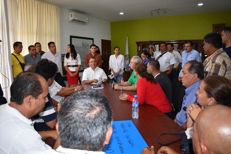 Felipe Cruz con taxistas - Los beneficiados por mototaxis serán los ciudadanos y las familias, asegura Felipe Cruz
