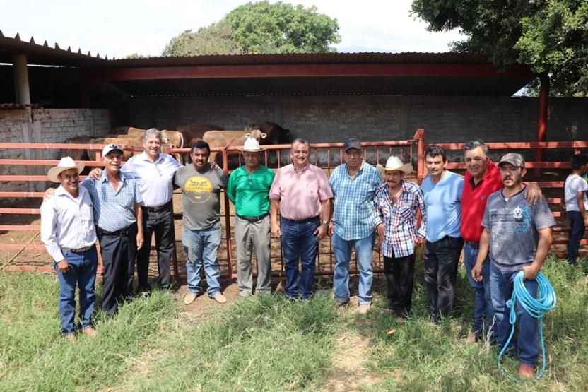 Felipe Cruz entrega 7 sementales a productores del campo del programa Prodeter - Felipe Cruz entrega 7 sementales a productores del campo, del programa Prodeter - #Noticias