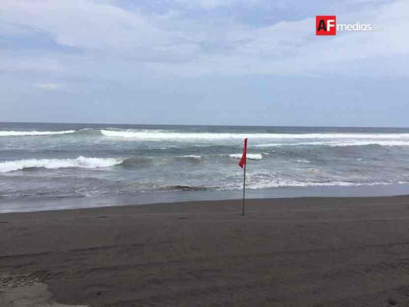 playa cuyutlan 5 - Rescatan a 3 turistas a punto de ahogarse en playa Cuyutlán, Armería