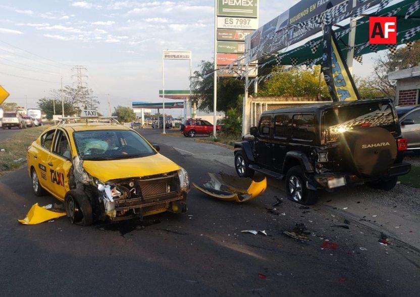 taxiestacionado09 - Taxi se estrella contra vehículo estacionado en 'Tercer Anillo'; no hay lesionados - #Noticias