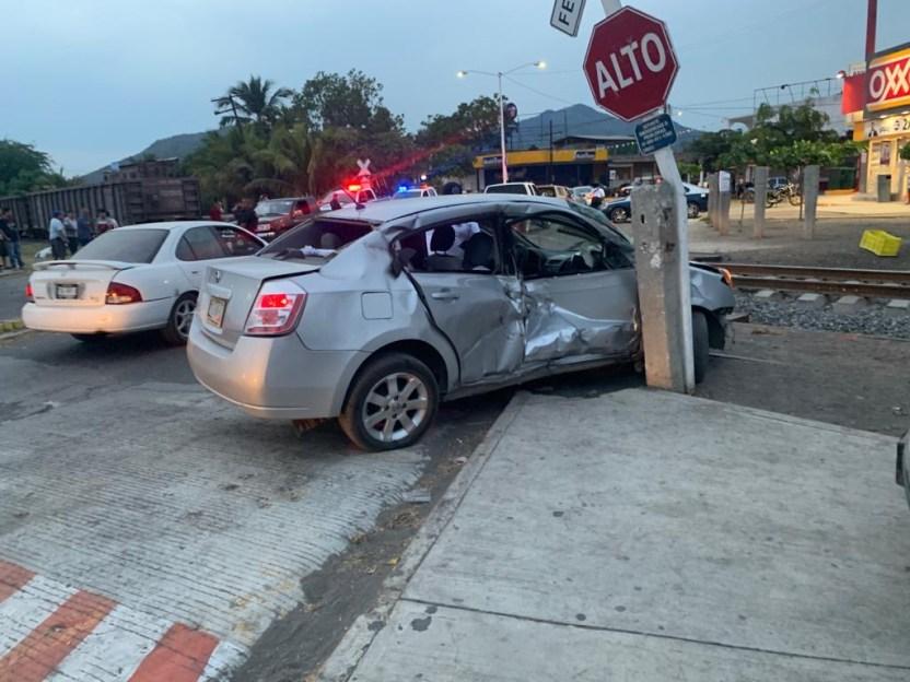 tren arrastra auto 2 - Tren arrastra auto en el acceso a Armería; un hombre herido - #Noticias