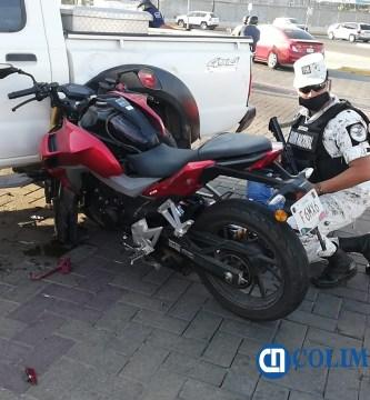accidente moto en Manzanillo - Motociclista se estrella en camioneta sobre el boulevard Miguel de la Madrid de Manzanillo