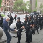 captura de pantalla 2020 06 06 a las 11 49 07 - VIDEO FUERTE: Dos policías de Buffalo, EU, empujan a hombre y le provocan herida en la cabeza