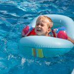 dona brazos shutterstock 146196818 scaled - Recibe amenazas de muerte por lanzar a su bebé al agua, la verdad es que solo le estaba enseñando a nadar