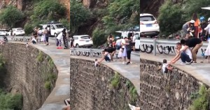 befunky collage 82 - FUERTE VIDEO: Un hombre cuelga a su hijo en un acantilado de China para tomarle una fotografía