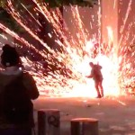 manifestacion - VIDEO: Una explosión de fuegos artificiales se produce cerca del rostro de manifestante en EU