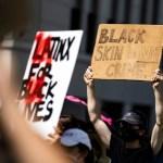 """protesta 3 - """"Quiten sus rodillas de nuestros cuellos"""", exigen familiares de víctimas de violencia racista en EU"""