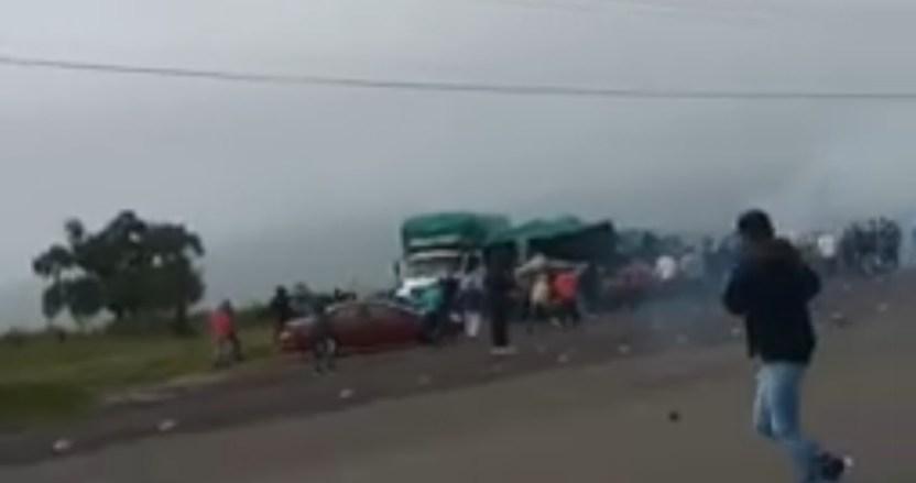 estudiantes policias morelia - FUERTE VIDEO: Policías arrollan con un autobús a normalistas de Morelia; enfrentamiento deja 18 heridos