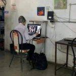 maestro internet e1599415660371 - Conmovedora imagen, profesor acude a internet público para las clases a distancia