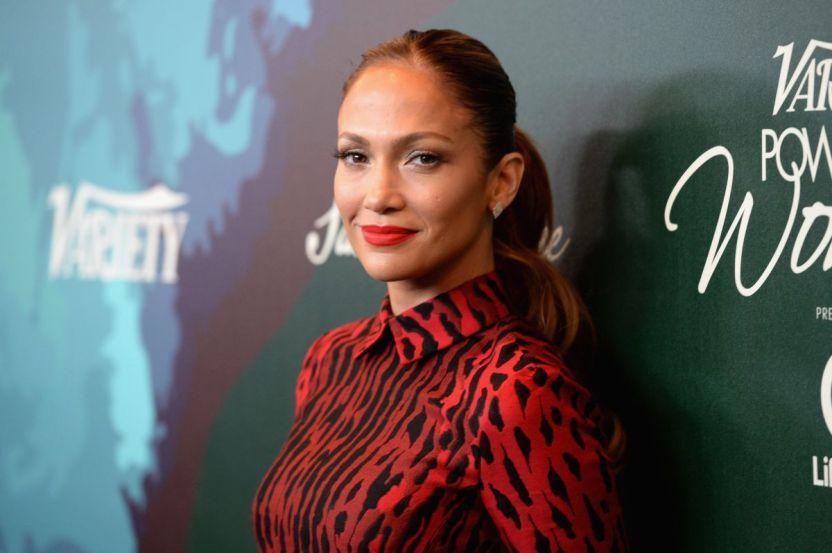 1605712533 GettyImages 457004392 - Jennifer Lopez da una sorpresa y comienza a desvestirse en un insinuante video