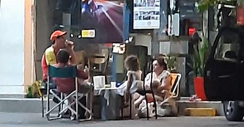 familia papa nochebuena - Captan a familia cenando con papá en el trabajo durante Nochebuena. Llevaron su mesa a la gasolinera