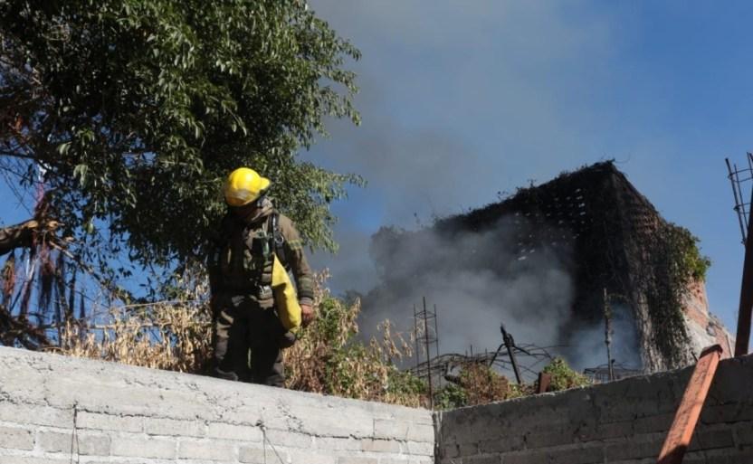 incendio en vivienda de mazatlan sinaloa 1.jpg 242310155 - Se origina incendio en una casa en Mazatlán donde había mucha basura