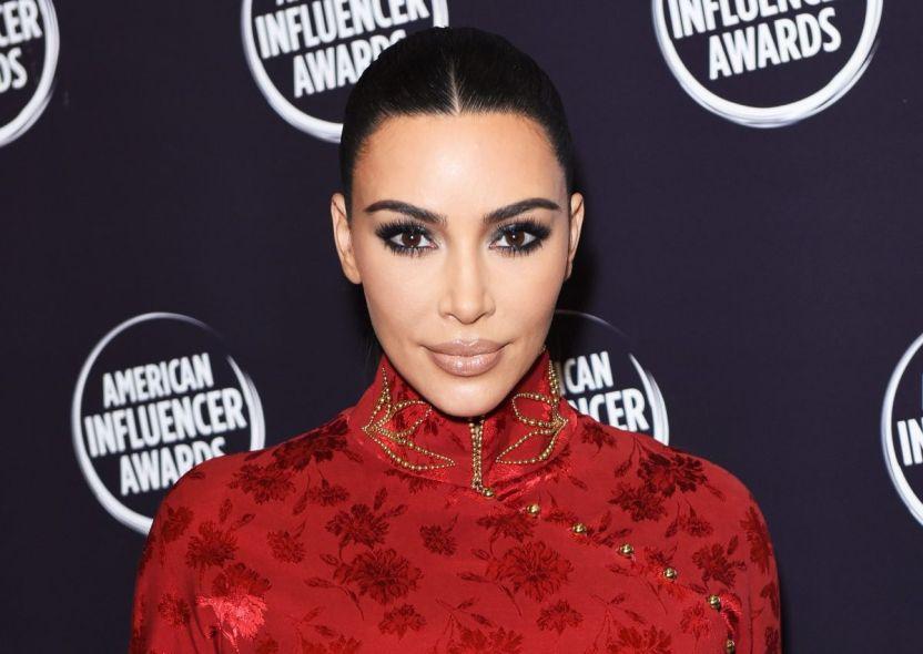GettyImages 1188545402 e1609000063858 - Kim Kardashian se toma una selfie recostada en el piso luciendo sus pantimedias moldeadoras