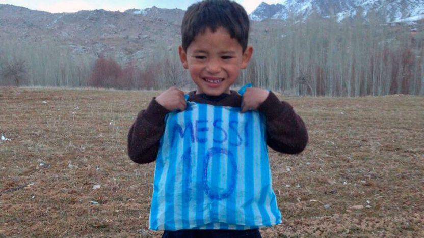 """Murtaza se volvio viral por su playera de Messi - """"Mejor hubiera conocido a Ronaldo"""": La terrible vida de un niño afgano tras conocer a Leo Messi"""