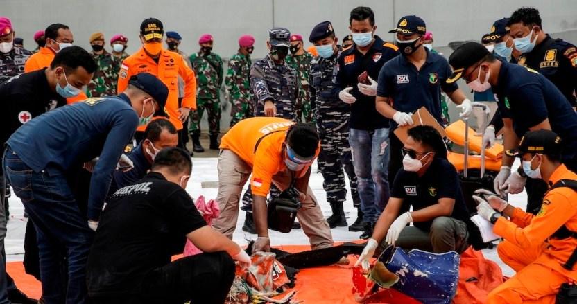 a6b4b08ae1e85d1151bda3de583ff15731f8589e 1 - Rescatistas de Indonesia hallan restos humanos y ropa; serían de pasajeros del avión que se estrelló