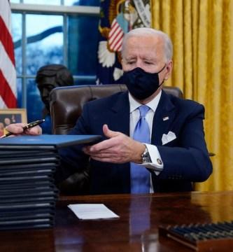 biden coloca un busto de cesar chavez detras de su silla - Biden coloca un busto detrás de su silla. ¿Quién es? Es Chávez, hijo de campesinos mexicoamericanos