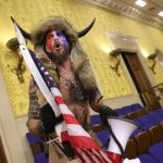 chansley capitolio 116409733 angeli gettyimages 1294935359 - El hombre vestido de bisonte que irrumpió en el Capitolio pide el perdón de Trump