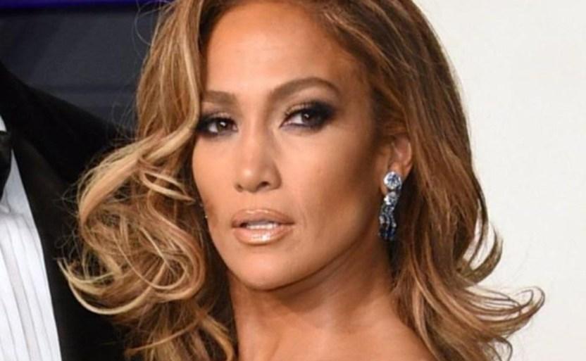 "jennifer lopez empresaria ap crop1611881632726.jpg 242310155 - Luce Jennifer Lopez atrevido bañador rosa de ""Hustlers"""