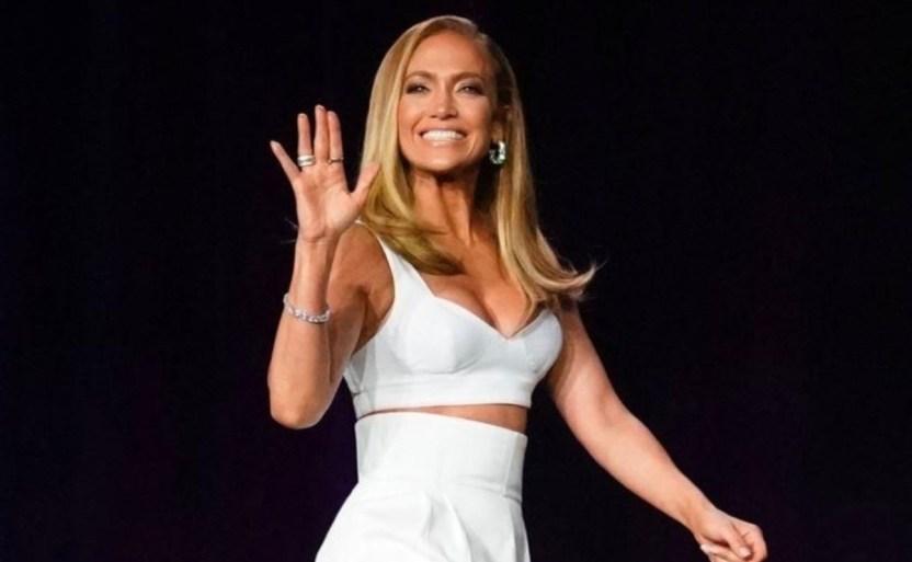 jennifer lopez jlo ap crop1609905017167.jpg 242310155 - Así Medita Jennifer Lopez ¡Usando micro traje de baño rojo!